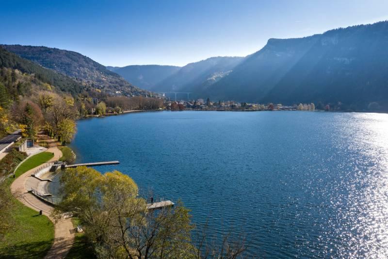 Vues aeriennes du lac de Nantua, Haut-Bugey, Ain. Rhone-Alpes.