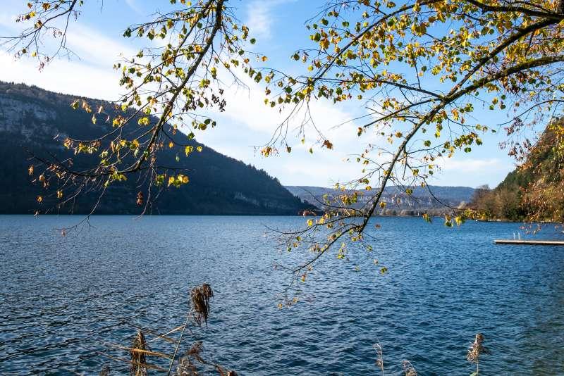 Lac de Nantua dans sa parure d'automne, Haut-Bugey, Ain.